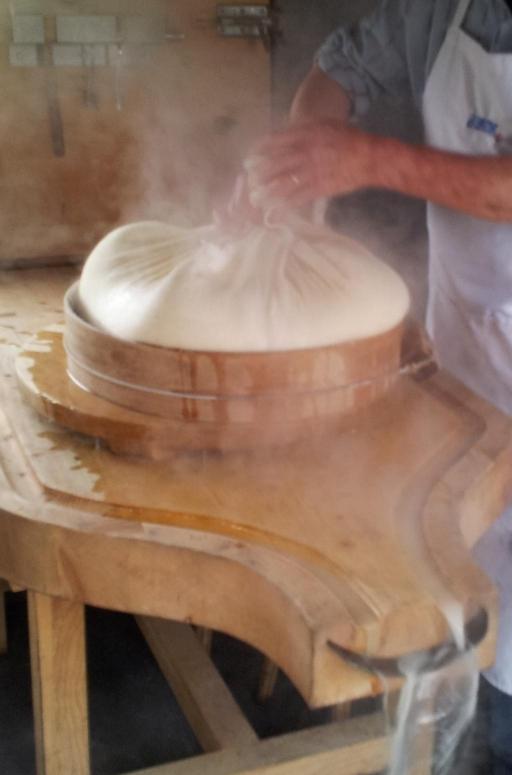 Fabrication de Gruyère AOP au feu de bois à La Maison du Gruyère